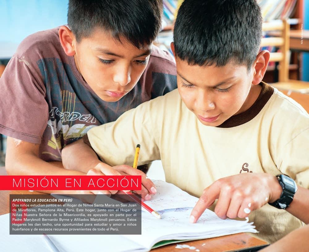 Niños huérfanos estudian en Lima, Perú.