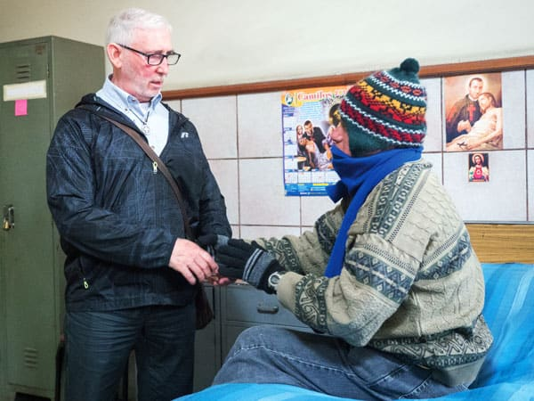 Misionero reflexiona sobre los cambios en su ministerio de VIH en Perú. En la foto, El padre Fedora conversa con un paciente con VIH en el Hogar San Camilo en Lima, Perú. El misionero ha acompañado a personas viviendo con VIH/SIDA por más de 18 años.