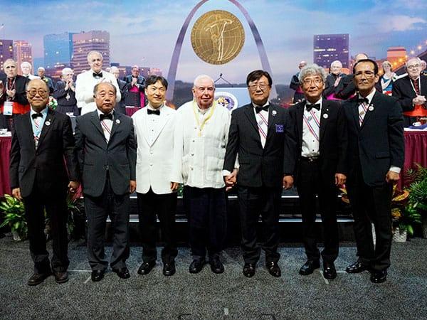 Sacerdote que ayuda a enfermos de tuberculosis en Corea del Norte recibe el premio de los Caballeros de Colón. En la foto el sacerdote sonríe con invitados que vinieron desde Corea para apoyarlo. (Cortesía de Caballeros de Colón/Missouri)