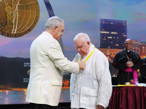 Sacerdote que ayuda a enfermos de tuberculosis en Corea del Norte recibe el premio de los Caballeros de Colón. El misionero de 84 años recibió premio Gaudium et Espes, el galardón más alto de los Caballeros de Colón para personas cuyo servicio a la humanidad lleva alegría y esperanza al mundo.