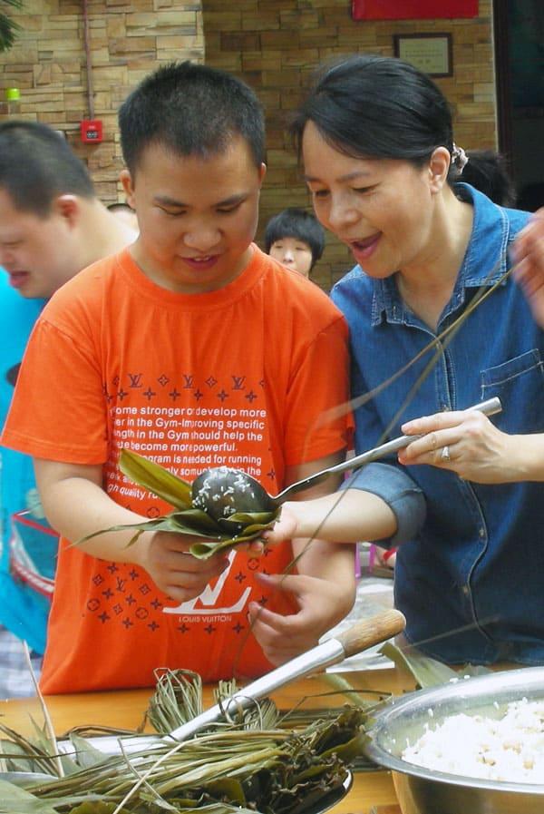 Hermana Maryknoll lleva regalos especiales a personas con discapacidades en China