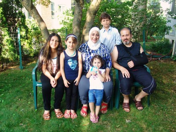 Sacerdotes y hermanos Maryknoll recaudan fondos para ayudar a reasentar a refugiados de Siria en el condado de Westchester, Nueva York.