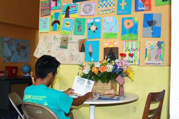 Hermana Maryknoll ofrece ministerio compasivo a migrantes cerca a la frontera, en un refugio en el Paso, Texas