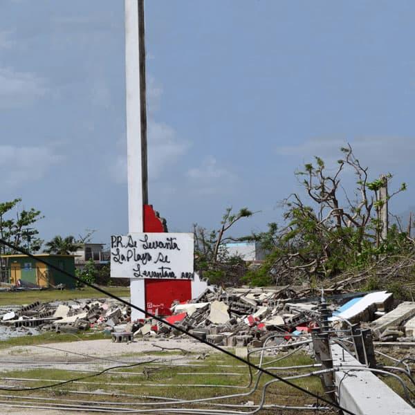 """En medio de los escombros de los huracanes, se ve el Lema """"Puerto Rico Se Levanta"""".  (Jorge Domínguez-López/Puerto Rico)"""