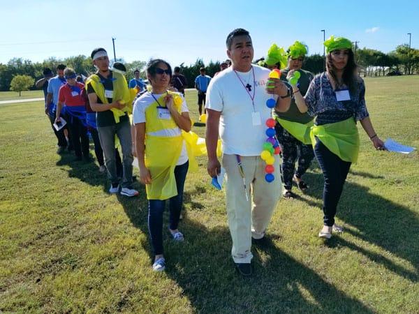 Gero y los jóvenes de Dallas: Gerónimo Torres (al frente) y otros jóvenes participan en una dinámica sobre el rosario misionero durante el encuentro juvenil en Texas.
