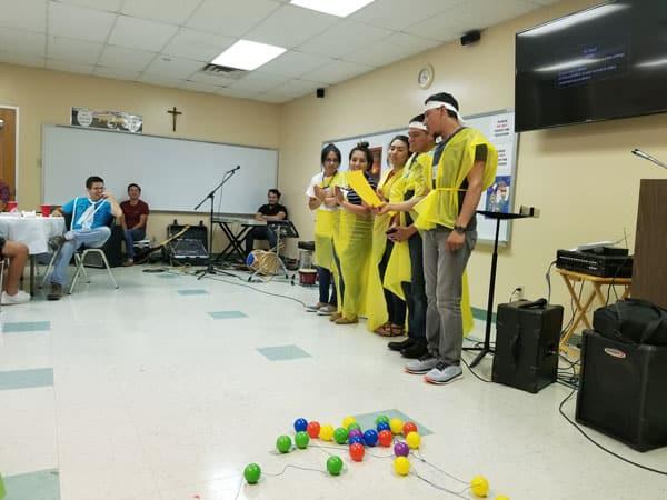 Gero y los jóvenes de Dallas: De manera entretenida, los jóvenes presentaron datos sobre las principales necesidades en cada continente durante el encuentro.