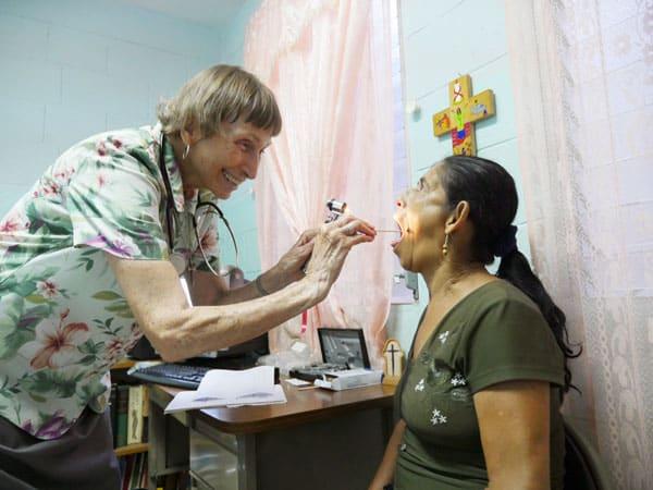 La hermana Annel examina a una paciente en ContraSida, una clínica de El Salvador que trata a pacientes con VIH/ SIDA.