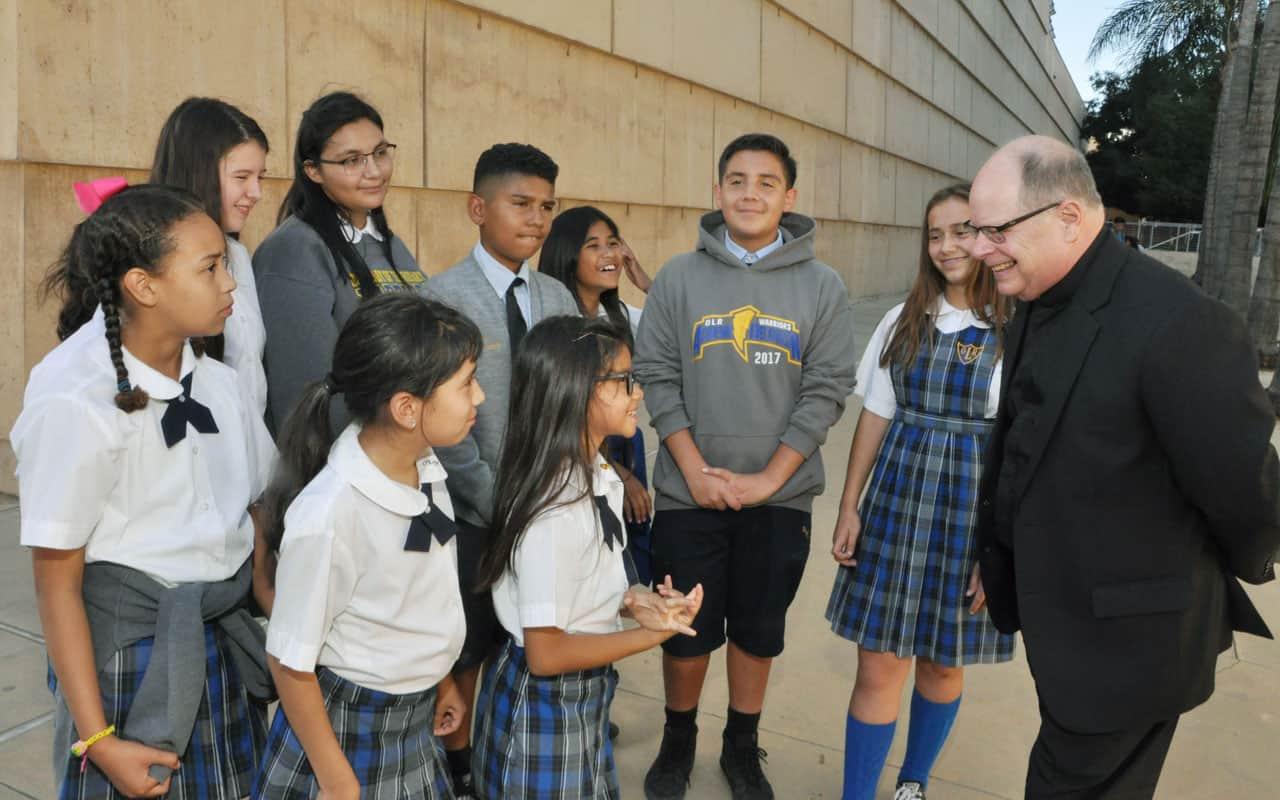 Sacerdote agradece a niños de Los Angeles por ayuda misionera