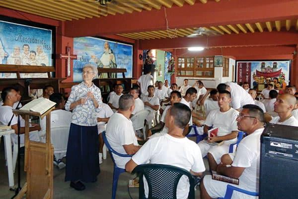 Hermana Maryknoll Brinda y Recibe Bendiciones en Ministerio de Prisiones en El Salvador