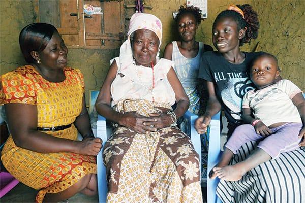 una trabajadora social de una clínica en Kenya, visita a pacientes en sus casas, misión en África