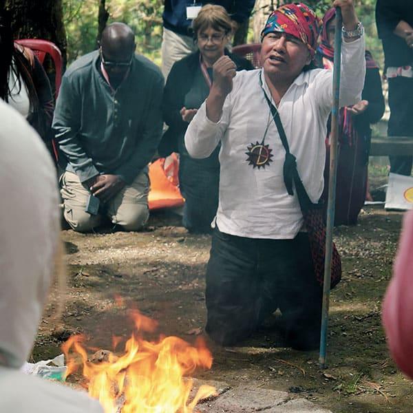 Daniel Cano, un líder espiritual maya, dirige un ritual de oración maya durante la celebración de los Afiliados Maryknoll