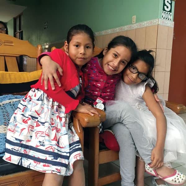Niñas sonríen en el Hogar Nuestra Señora de la Misericordia en Lima, Perú, uno de los hogares de niños apoyados por la familia Maryknoll. Un grupo de Afiliados Maryknoll y voluntarios buscan continuar el legado del padre Byrne al apoyar este y otro hogar.