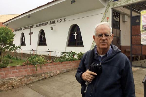 El Padre Maryknoll Paul Masson es guía espiritual de una de las comunidades eclesiales de base en la parroquia San Pío X, Cochabamba, Bolivia