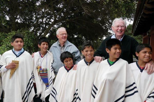El Padre Maryknoll Bernard Byrne sonríe durante una visita al Hogar de Niños Santa María en Lima hace unos años atrás. Actualmente Un grupo de Afiliados Maryknoll y voluntarios buscan continuar el legado del padre Byrne al apoyar este y otro hogar.