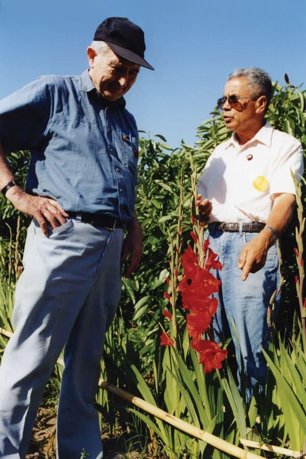 El Padre Hegarty, un misionero que sirvió en Chile escucha las preocupaciones de los campesinos