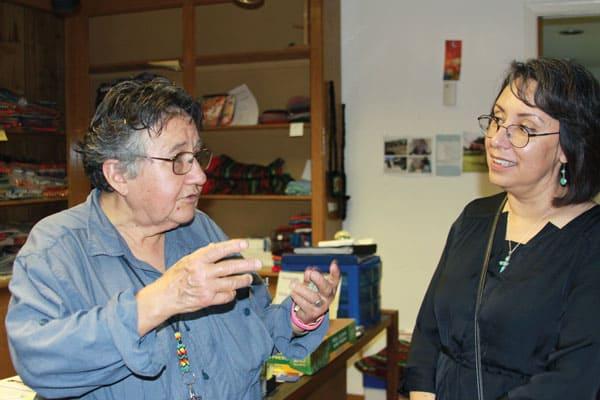 Hermana Maryknoll conversa con una profesora sobre su ministerio con las mujeres de Ciudad Juaarez