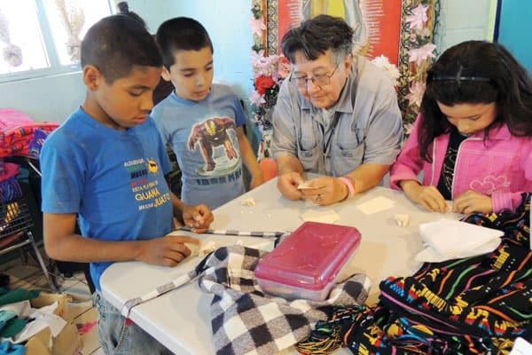 Misionera entretiene a niños que asisten al programa de tareas en Centro Santa Catalina de mujeres de Ciudad Juarez