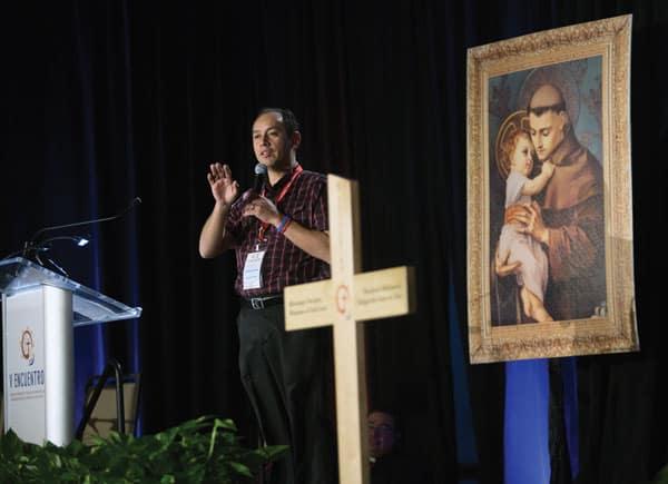 Camino al V Encuentro: Francisco López, de la Diócesis de Dallas, habla sobre la presentación sobre jóvenes adultos en el encuentro regional en Texas. (CNS/Texas)