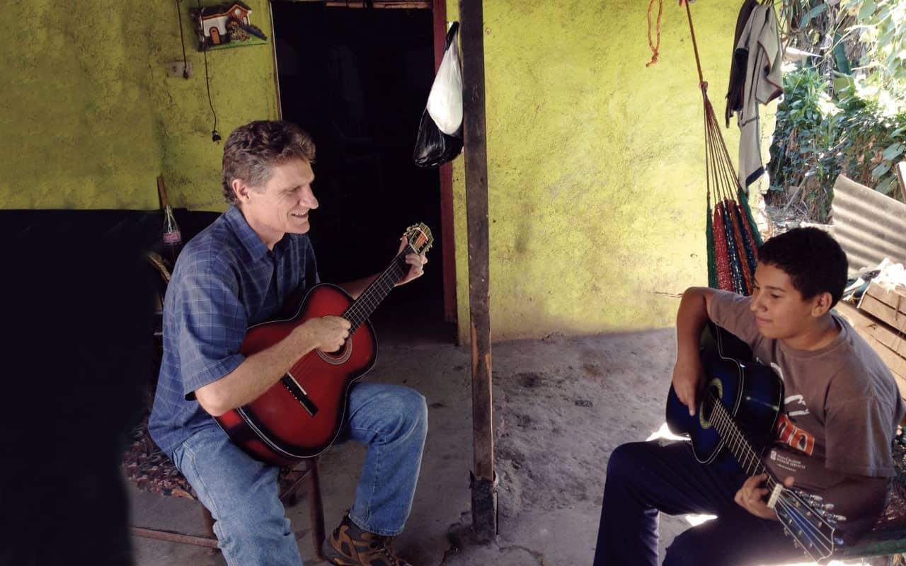 Guitarra de misionera martirizada llama a otros a servir en misión en El Salvador