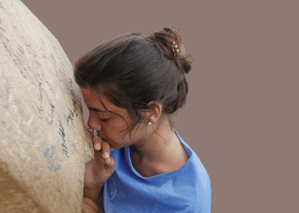 Reflexión sobre la reverencia musulmana por la Virgen María. En la foto, Una joven reza frente al monumento de Nuestra Señora de Líbano, que está a 16 millas al norte de Beirut. (CNS/Líbano)