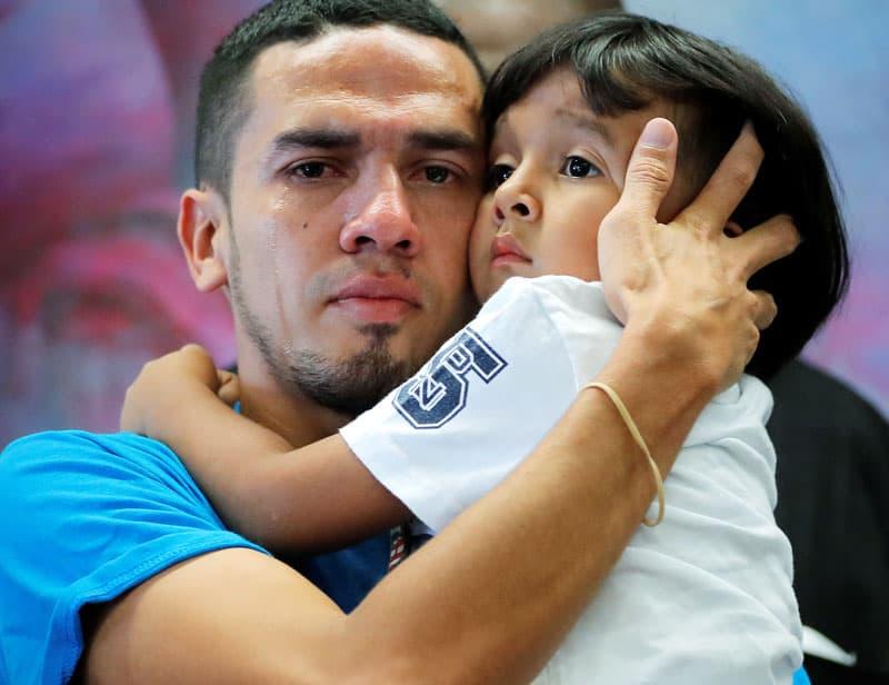 Familias separadas en la Frontera: Javier llora mientras abraza a su hijo después de que se reunieron