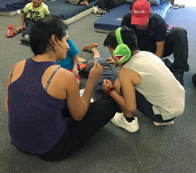 Familias separadas en la Frontera: Participante de viaje misionero comparte con niños en Casa Loretto-Nazareth en Texas.
