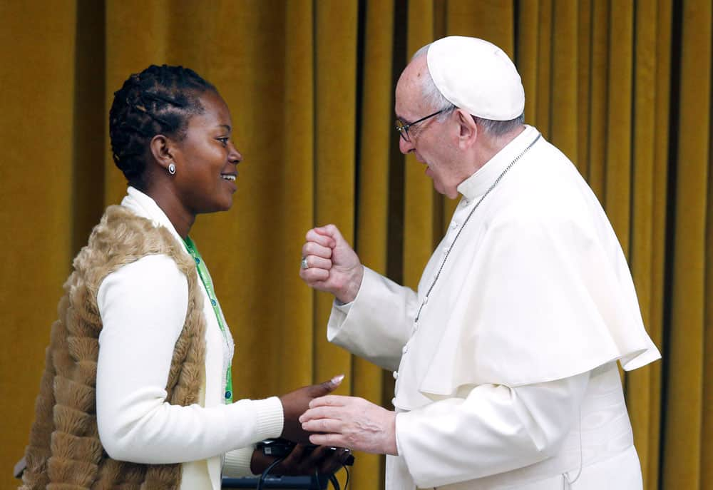 El Papa Francisco saluda a Tendai Karombo de Zimbabwe el el pre-sínodo de jóvenes delegados en marzo del 2018. (CNS/Roma)