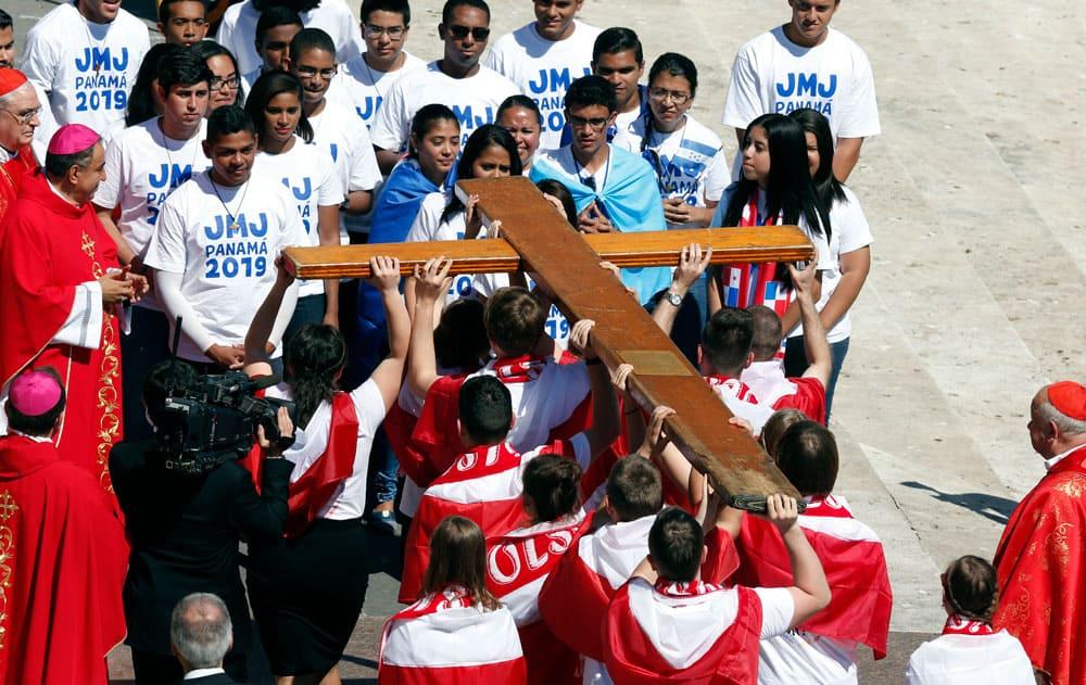 En el 2016, jóvenes polacos el entregan la cruz de la Jornada Mundial de la Juventud a jóvenes y obispos panameños. (CNS/Polonia)