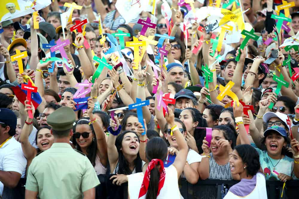 Jóvenes animan la llegada del Papa Francisco a una reunión con los jóvenes en Chile en el 2018. (CNS/Chile)