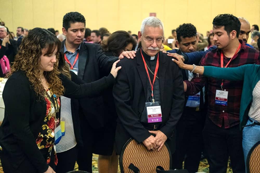 Durante el V Encuentro Nacional de Pastoral Hispana, jóvenes adultos de alrededor de Estados Unidos bendijeron a los obispos asistentes. (CNS/Texas)