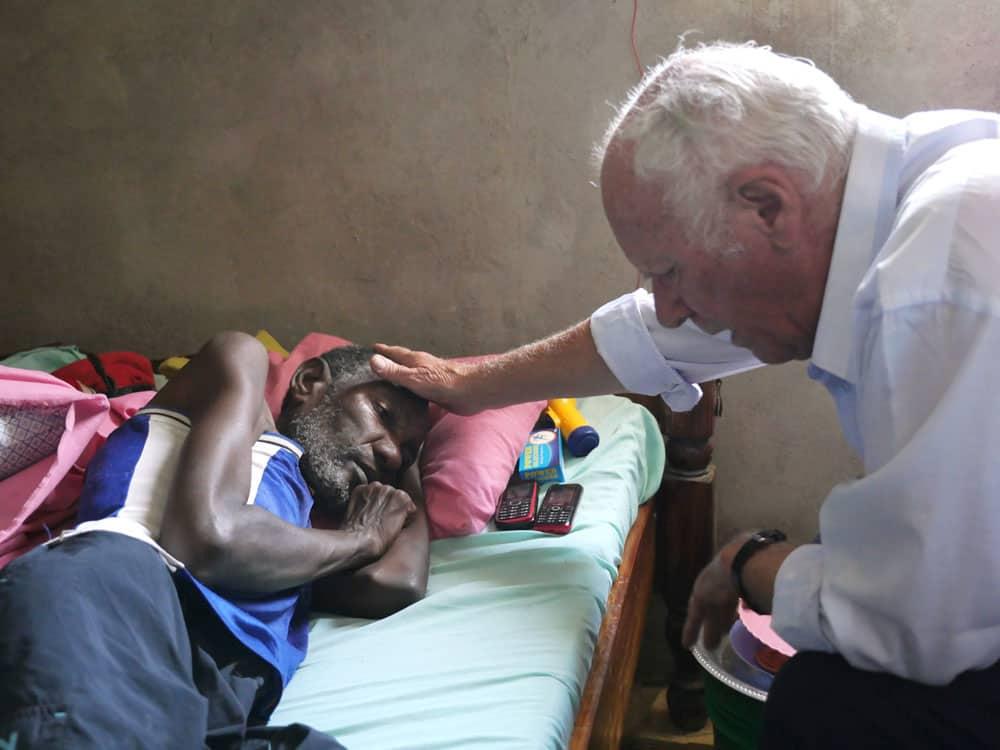 Sueños Watatulu: El Padre Edward Schoellmann, visita a un enfermo. (Sean Sprague/Tanzania)