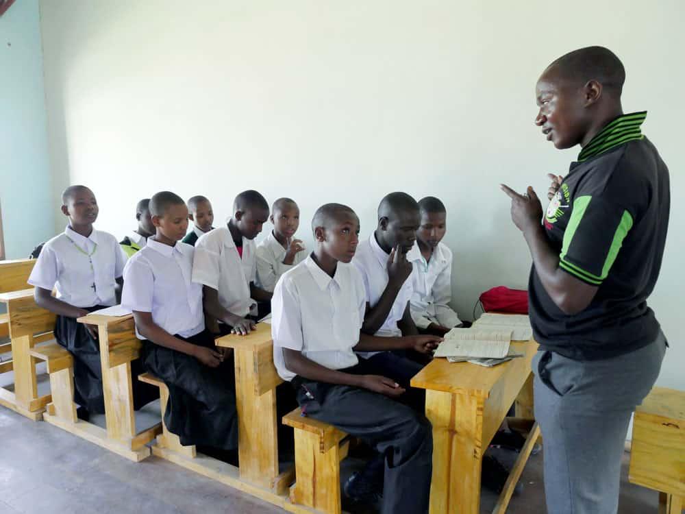 Niños watatulu estudian con el maestro Joseph William en Bukundi. (Sean Sprague/Tanzania)
