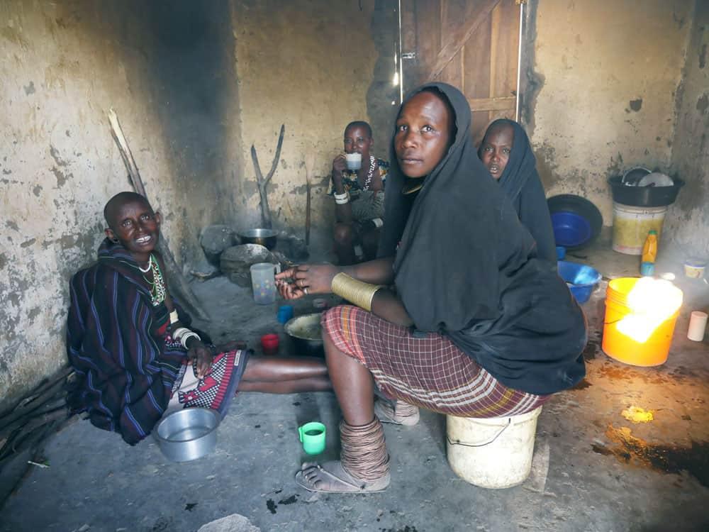 Miembros de la tribu Watatulu visitan una casa en Bukundi, Tanzania. (Sean Sprague/Tanzania)