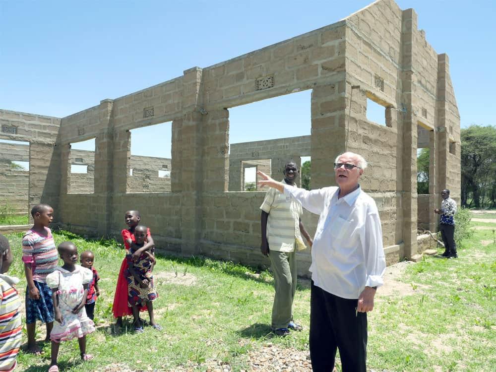 Sueños Watatulu: El padre Schoellmann, quien ha servido en Bukundi por más de 12 años, habla de la construcción de una iglesia en Mwamanimba. (Sean Sprague/Tanzania)