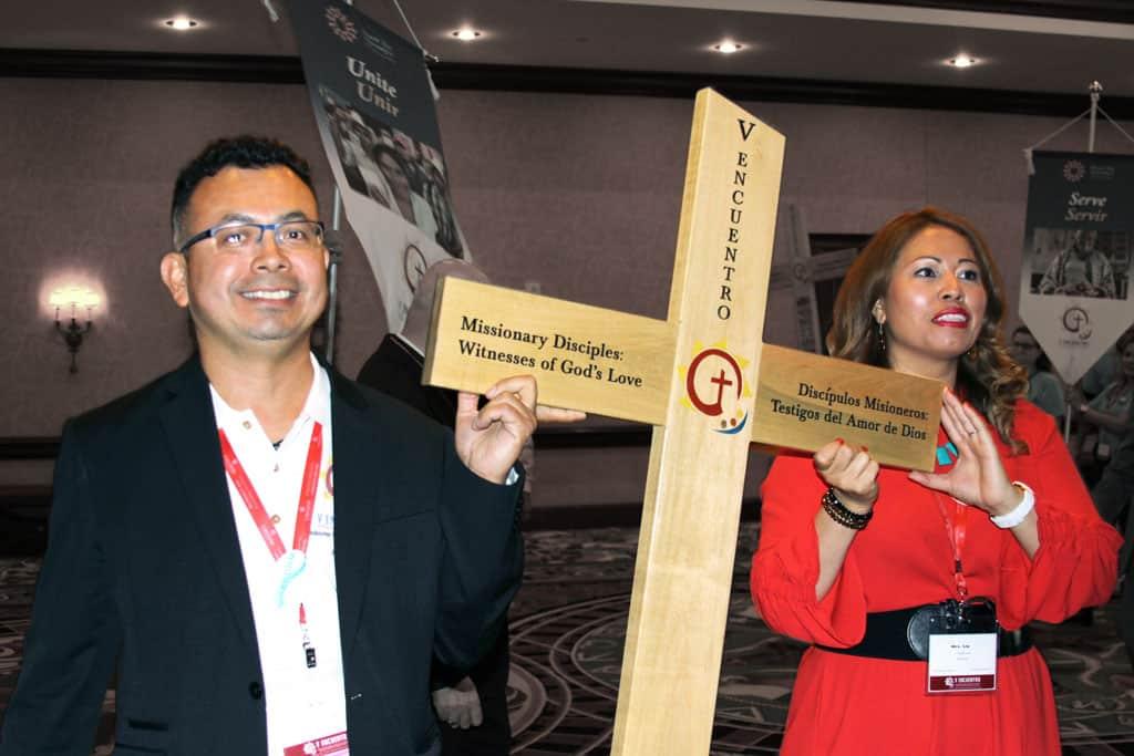Jóvenes Lia Salinas y José Amaya llevan la Cruz del V Encuentro. (Giovana Soria/Texas)