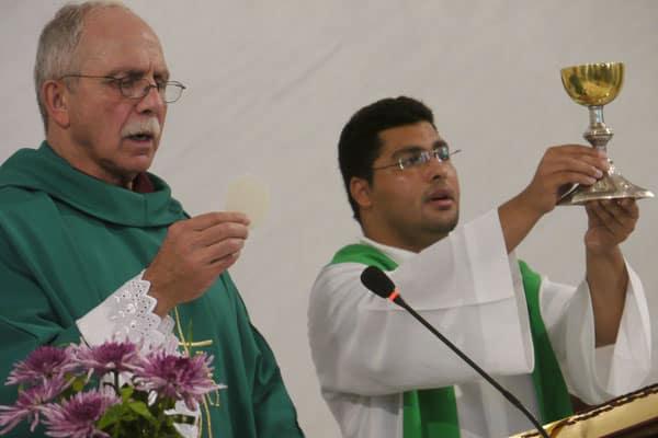 Siguiendo la llamada a servir- Foto del Padre Maryknoll Doug May (a la izquierda)  quien concelebró la misa con el Padre egipcio Francis Kamal, O.F.M., en la iglesia católica Holy Family en El Cairo. (M. Jones / Egipto)