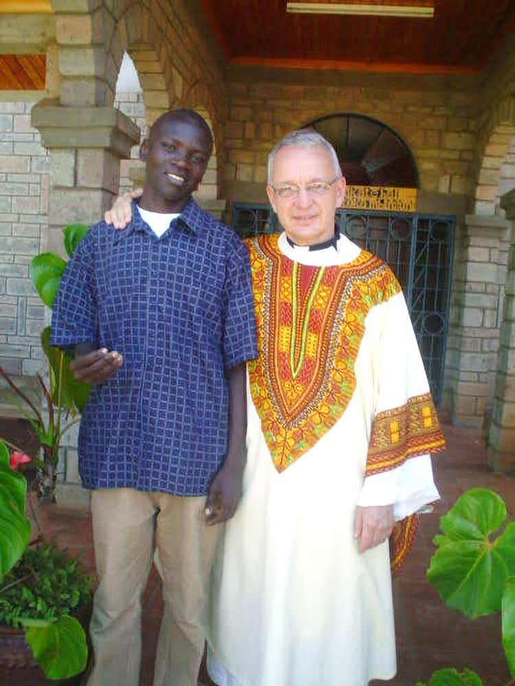 Seminarista de Maryknoll Siyumbu con el Padre Maryknoll Lance Nadeau. (Cortesía de John Siyumbu)