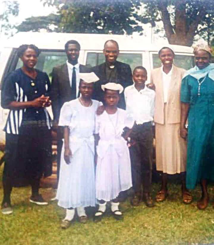 Seminarista Maryknoll Siyumbu, sus hermanos y familia el día de su confirmación en Kenya. (Cortesía de John Siyumbu)