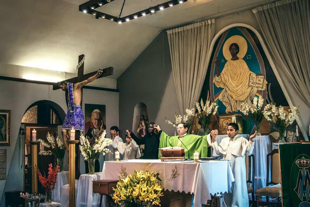 Seminarista de Maryknoll Siyumbu, el Padre Lázaro Torrico y servidores del altar de la Parroquia Pío X en Cochabamba. (Carlos Salinas/Bolivia)