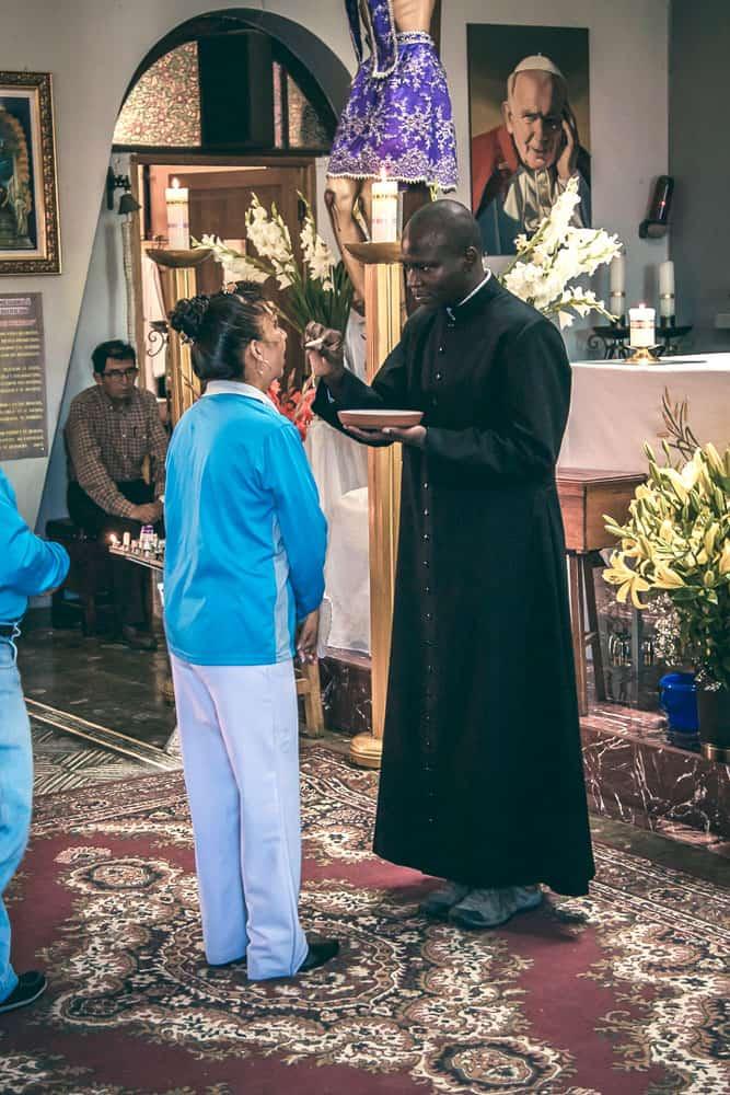 El seminarista de Maryknoll John Siyumbu, nacido en Kenya, en la parroquia San Pío X en Cochabamba, Bolivia. (Carlos Salinas/Bolivia)