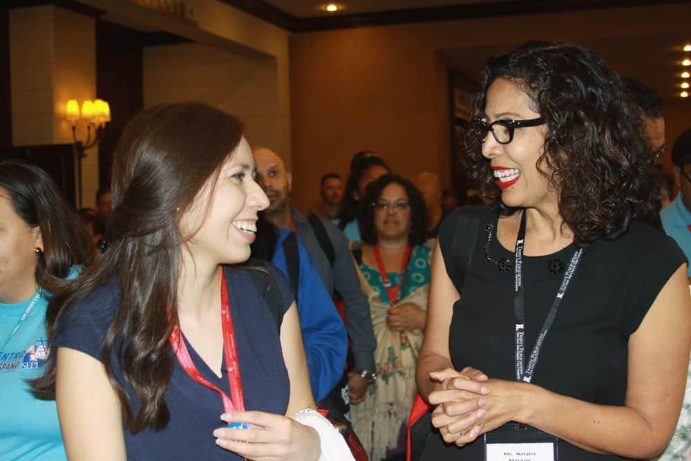 Lily Morales, arriba, de la Diócesis de Austin, Texas, charla con Natalia Moreau, ambas líderes católicas (Giovana Soria/Texas)