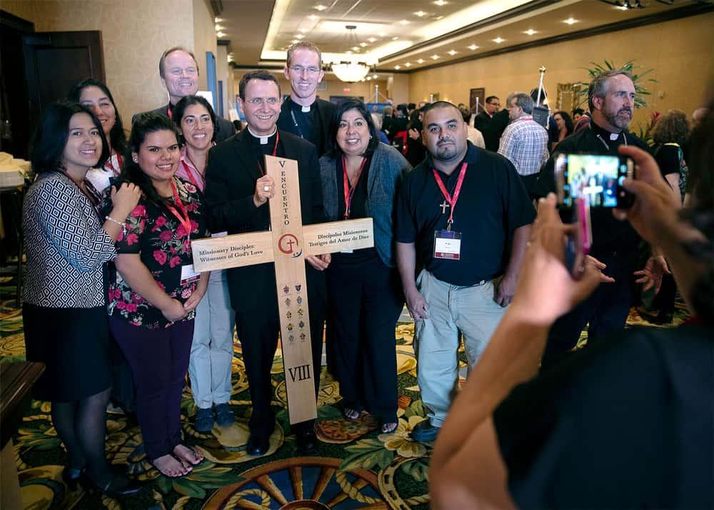 El obispo auxiliar Andrew H. Cozzens de St. Paul y Minneapolis posa para la foto con jóvenes de la región VIII en el V Encuentro Nacional (CNS/Texas)