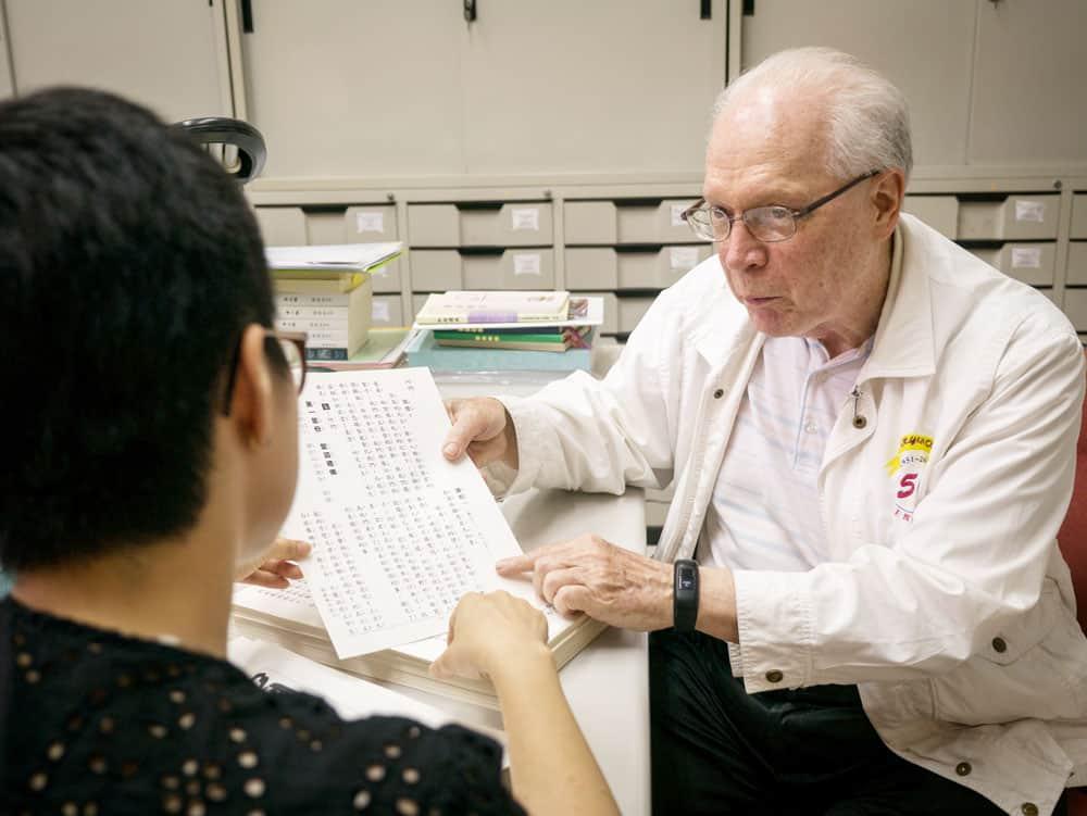 El Padre Maryknoll Kurt Anderson trabaja en un centro lingüístico que ayuda a misioneros a navegar los idiomas de Taiwán por medio de traducciones y otros recursos. (Nile Sprague/Taiwán)