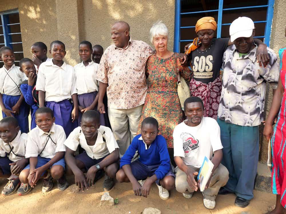 Estudiantes en tanzania: El proyecto de la hermana Hughes alienta a niños que son huérfanos del SIDA a estudiar. (Sean Sprague/Tanzania)