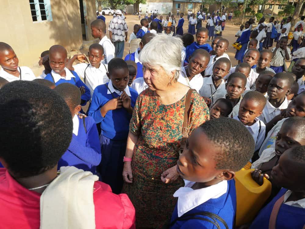 Estudiantes en Tanzania, La Hermana Maryknoll Marion Hughes con estudiantes y profesores de una escuela primaria cerca a Musoma,Tanzania.