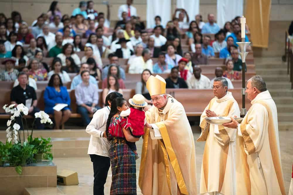 ex inmigrante indocumentado-El arzobispo Gómez bendice a una familia Maya en una Misa de reconocimiento a los inmigrantes en la Catedral de Nuestra Señora de Los Ángeles.(Archdiocese of Los Angeles/Victor Aleman)