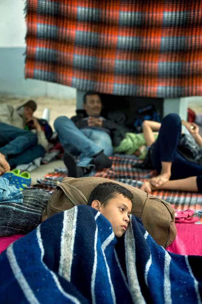 ex inmigrante indocumentado-Niño migrante descansa en un refugio enTijuana, México. Él es parte de una caravana de Centroaméri-