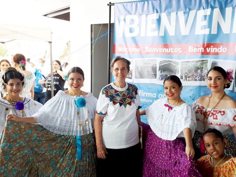 Hermana Gerri Brake posa con Panameños listos para recibit a peregrinos and al Papa Francisco en Panamá.