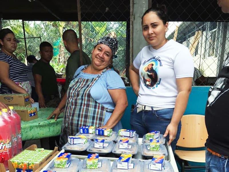 Voluntarios de Panamá ayudaron a repartir alimentos para los peregrinos quienes vieneron para la JMJ con el Papa Francisco en Panamá y para la pre-jornada.