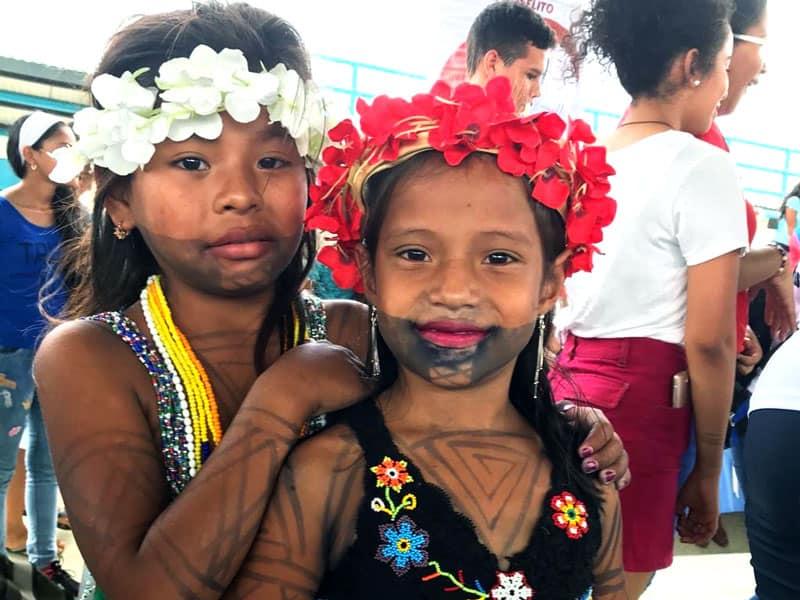 Panameños de comunidades indígenas en Darién muestran trajes típicos antes de una Misa antes del inicio de la JMJ con el Papa Francisco en Panamá